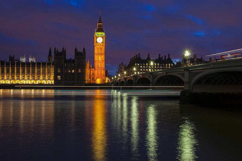 Nachtelijk Londen, met de Big Ben-toren prominent verlicht.