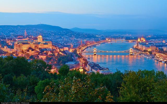 Fraai verlicht panorama over Budapest, met de bruggen over de Donau die Buda en Pest verbinden.