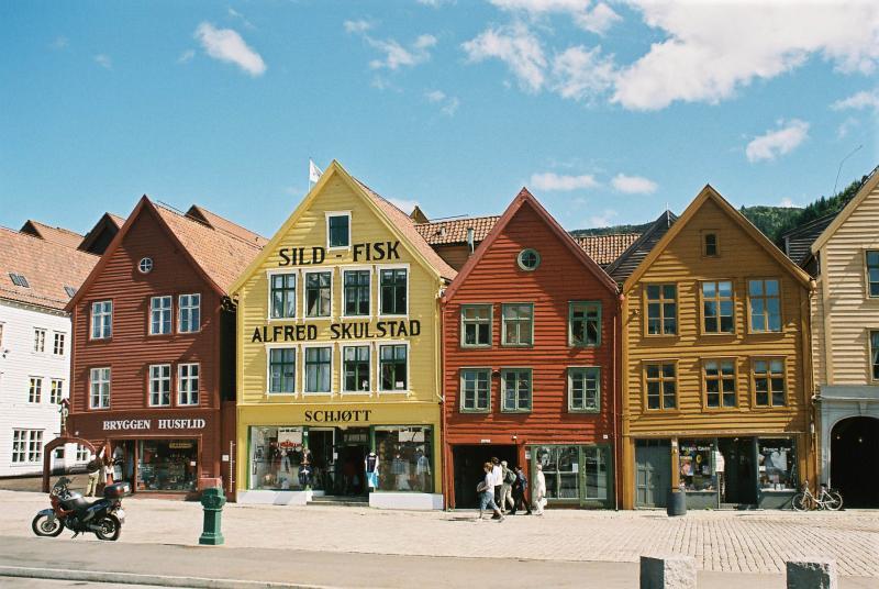 Houten huizen, in het bruin, geel of bruinrood geschilderd.