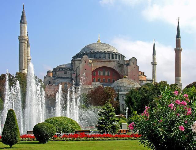 De Hagia Sophia moskee in volle glorie, tussen bloemen en planten.