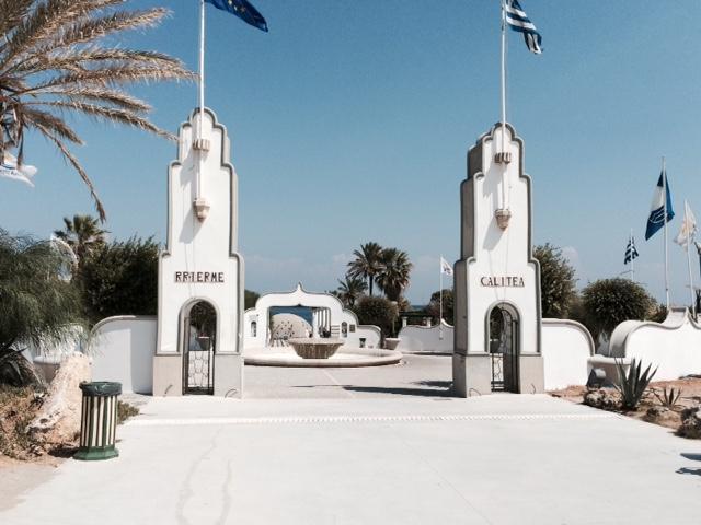 Twee witte torentjes met Griekse vlaggen markeren de ingang van het kuuroord.