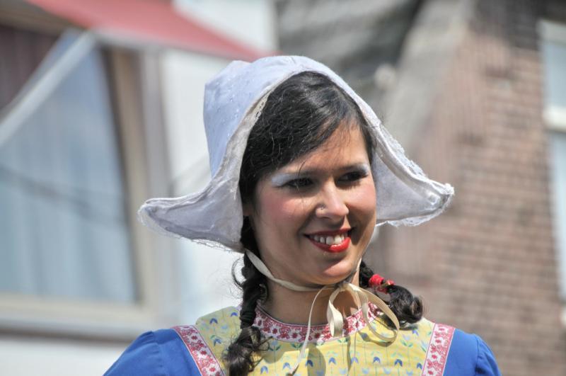 Jonge vrouw in de traditionele klederdracht van Zoetermeer.