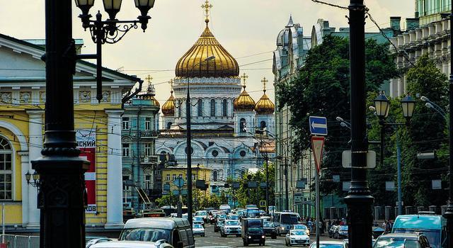 Een drukke straat in Moskou, met de kathedraal dominant in beeld.