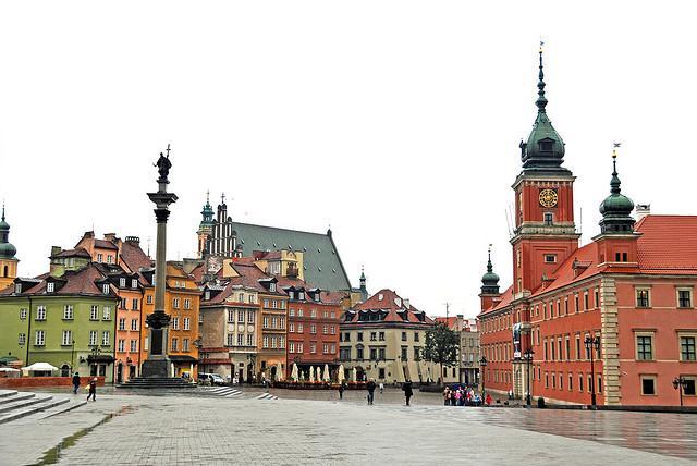 Rode, groene, oranje en beige gebouwen geven dit statige koningsplein een bijzondere sfeer.
