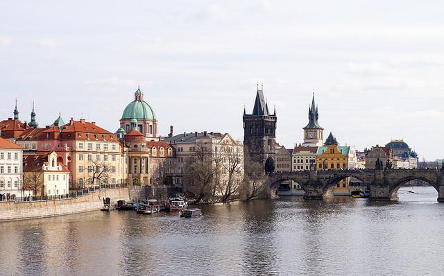 Enkele van de vele torens in de Tsjechische hoofdstad, met de beroemde Karlsbrug.