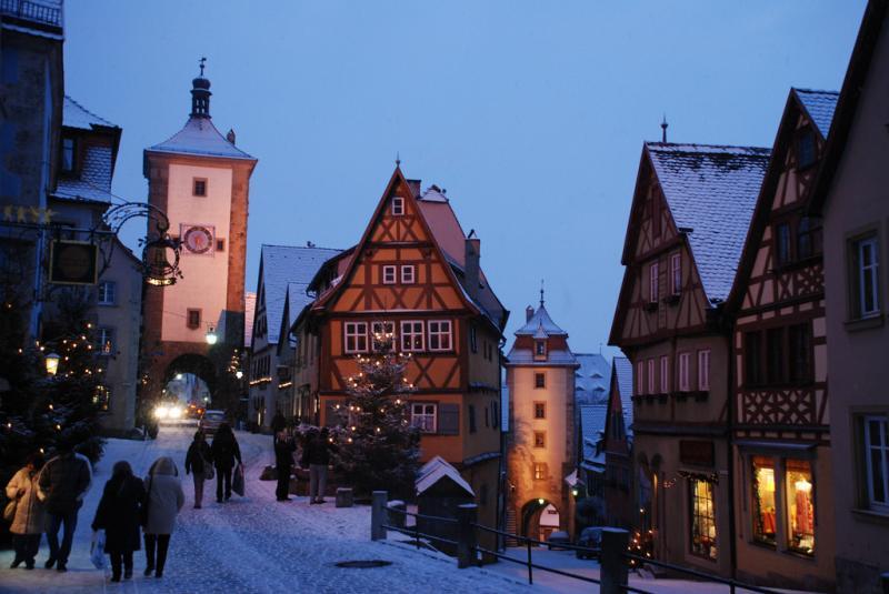 Typisch Duits stadje in wintersfeer, met vakwerkhuizen en besneeuwde straten.