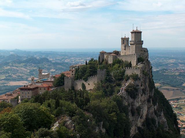 Het oude fort van San Marino torent hoog boven het landschap uit.