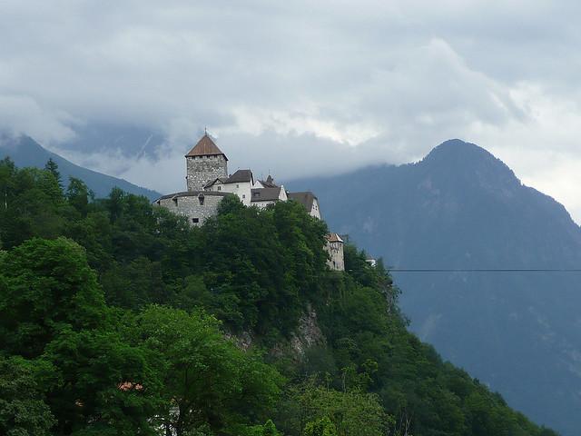 Een machtig fort op de top van een berg.