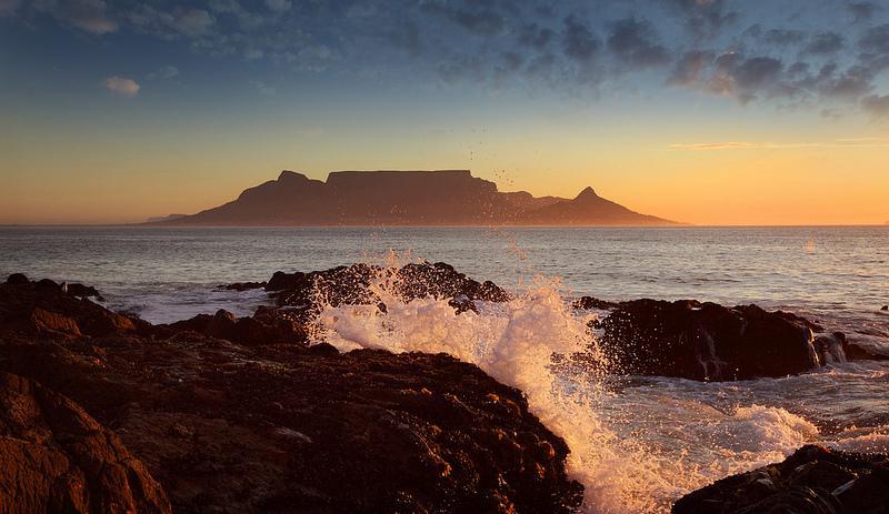 Zonsondergang boven Kaapstad, met de Tafelberg aan de horizon.