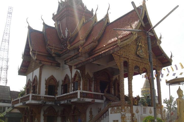 Thaise tempel met grillige daken en boeddhabeelden