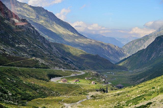 Bergen, alpenweiden, een paar huisjes tussen al die natuurlijke overmacht.