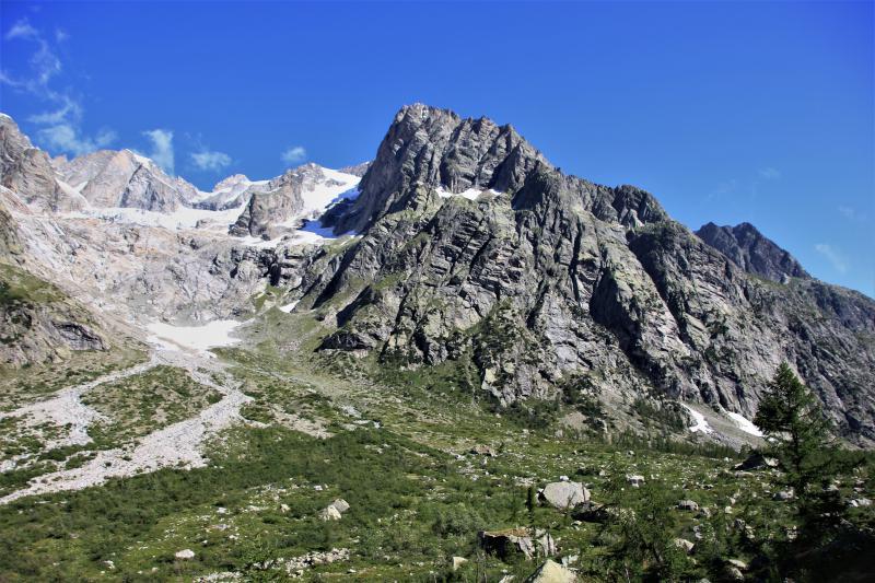 De Alpen tijdens de zomer, met groene valleien.