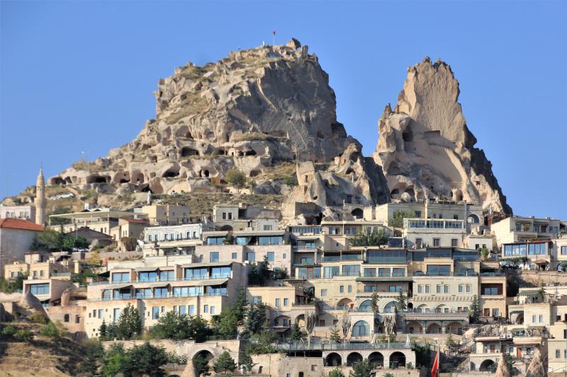 Een stad tegen een bergwand gebouwd.