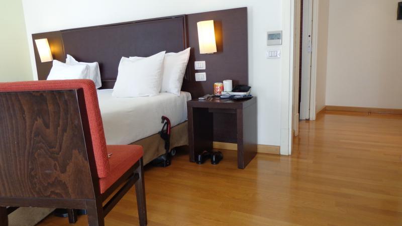 Slaapkamer: ruimte naast het bed.