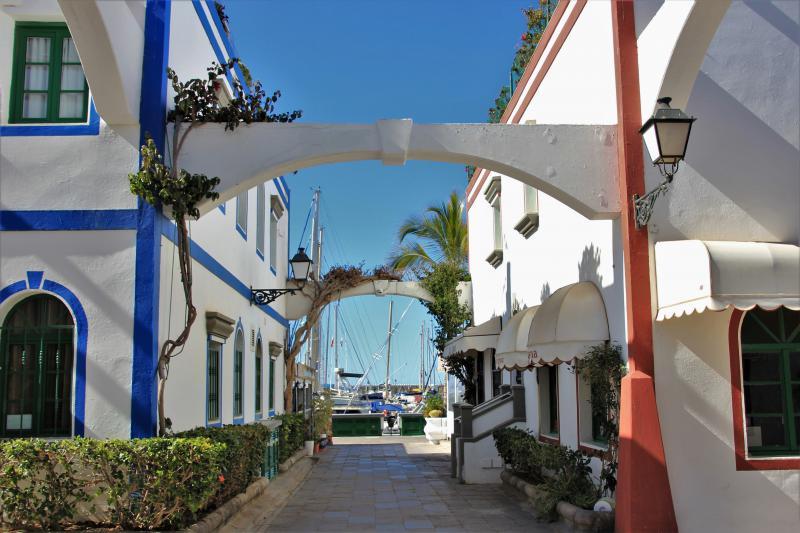 Een smal straatje richting de plezierboten in Puerto de Mogàn.
