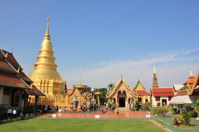 Tempelcomplex met een gouden stupa/chedi (toren)