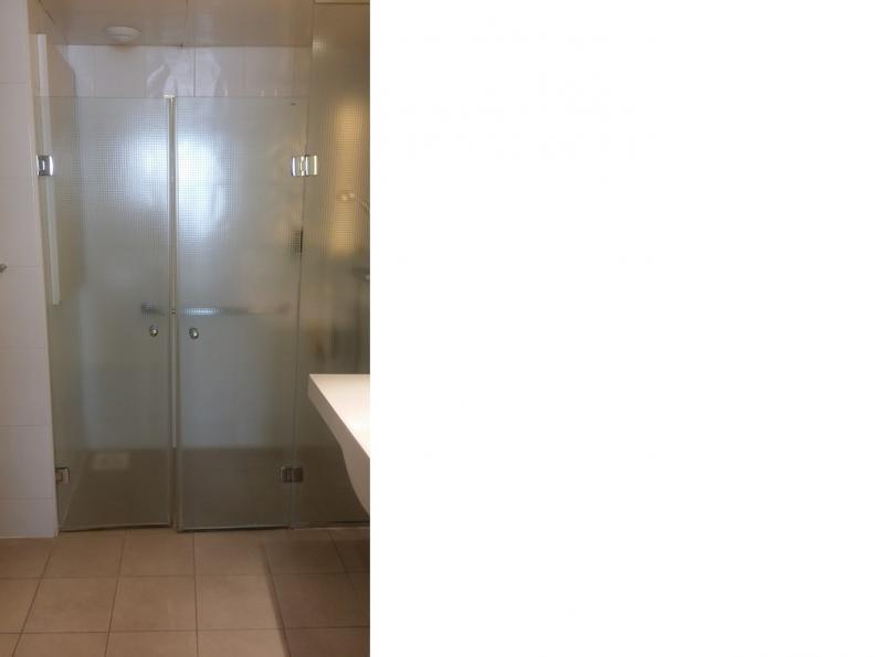Drempelloze douchekabine met dubbele glazen deur.