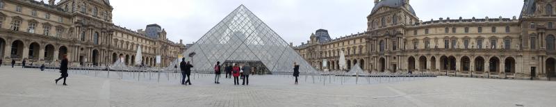 Panorama met de glazen piramide boven de ingang van het Louvre