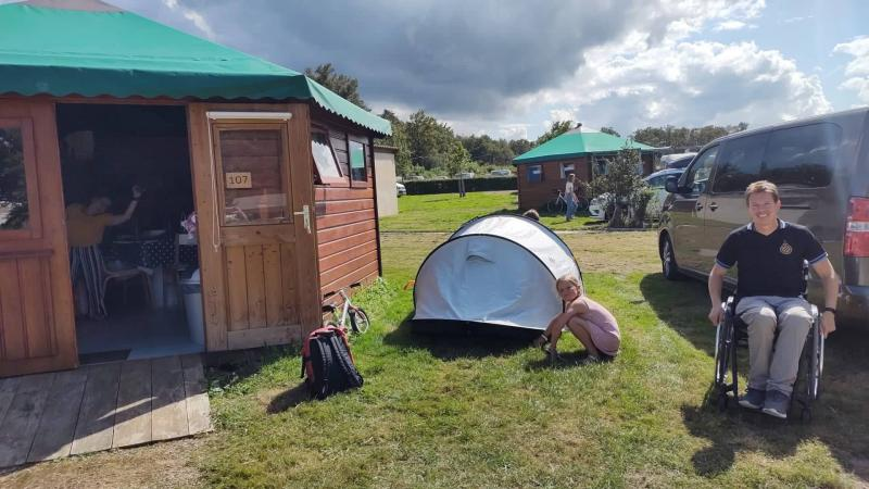 Het hele gezin op de camping.