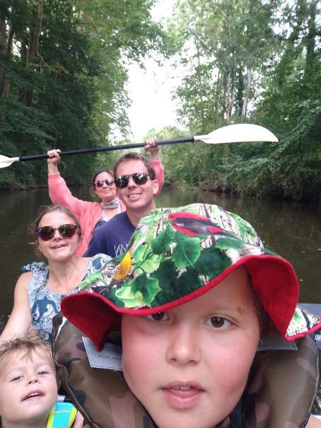 Met z'n vijven in één kano op de Anglin.