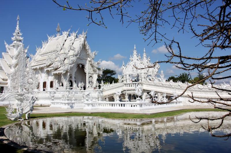 De witte tempel schittert als sneeuw tegen de blauwe lucht.