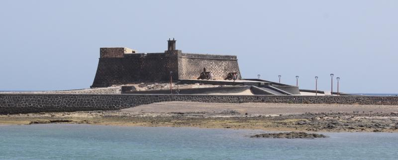 Het fort blijkt nog bewapend met kanonnen.