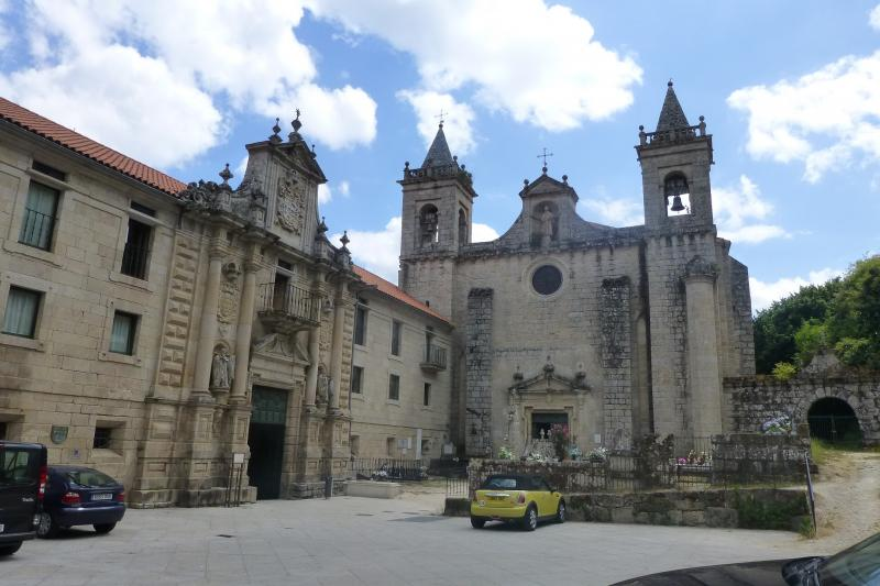 De parador (vakantieverblijf) is aangebouwd tegen het kerkje met kleine klokkentorens.