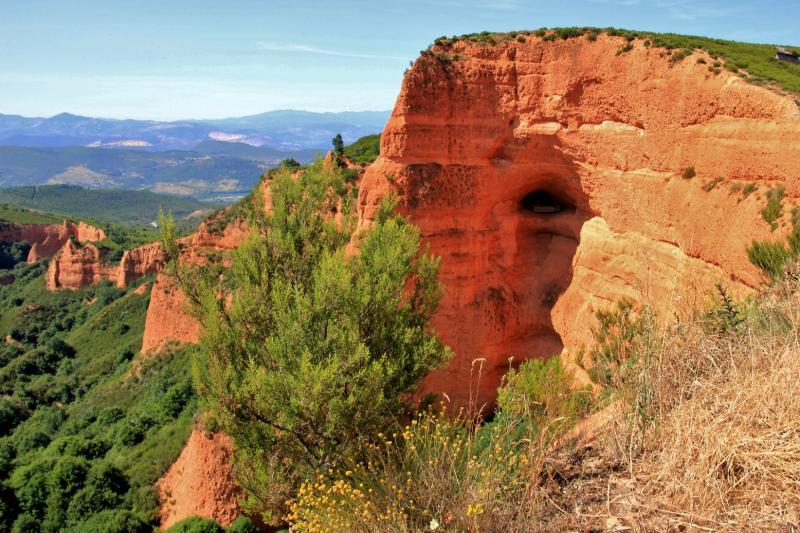 Het okerrode landschap lijkt wat op de Grand Canyon (USA), maar is het werk van goudzoekers.