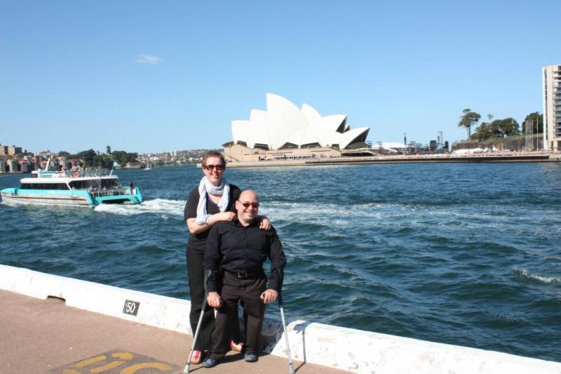 Pieter en Karen poseren aan de beroemde opera van Sydney.