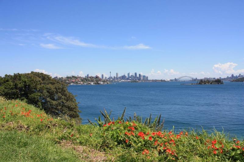 Een blik over Double Bay, met in de verte de skyline van Sydney.