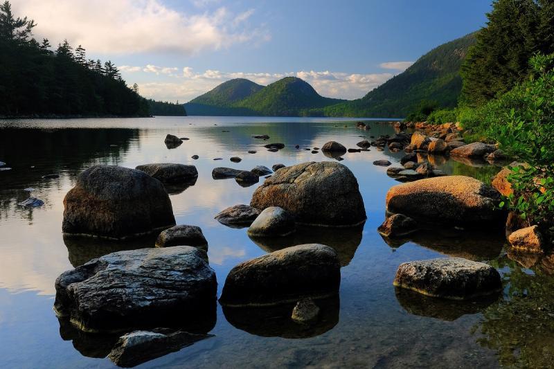 Panorama met heuvels, water en rotsen
