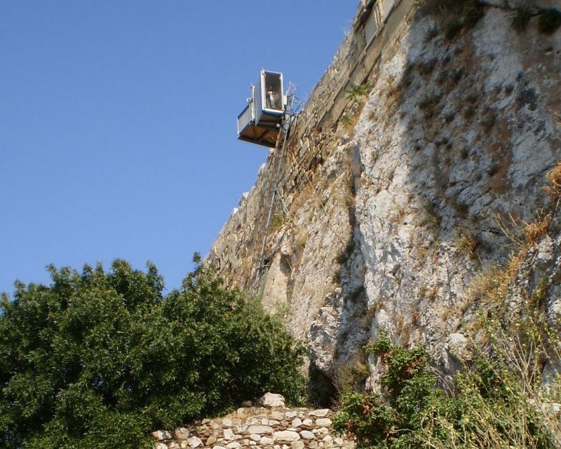 Plateaulift langs de steile wand van de Acropolis.