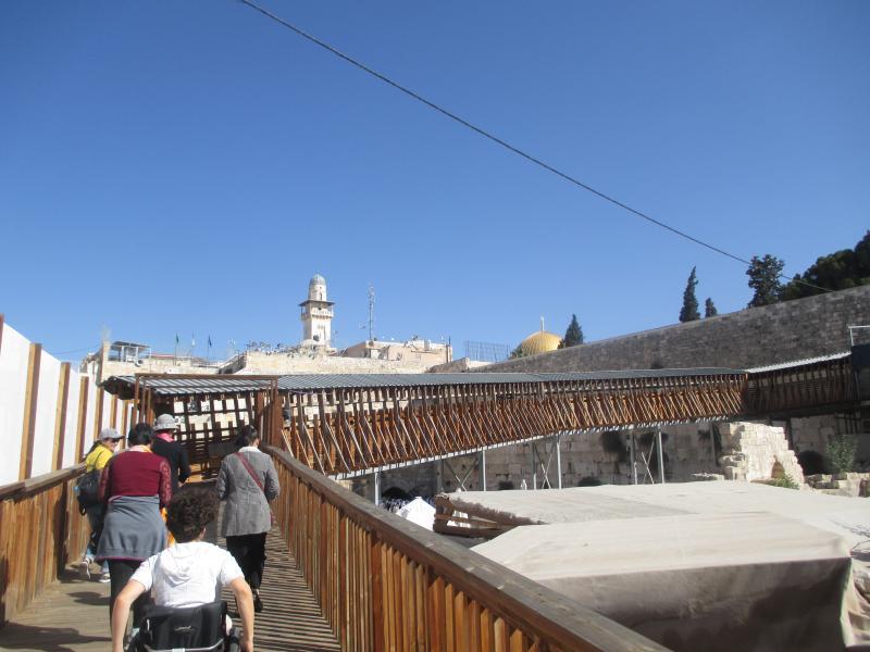 Een voetgangersbrug naar enkele belangrijke plaatsen in Jeruzalem. De schrijfster komt ook in beeld.