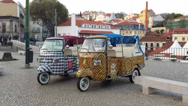 Twee felbeschilderde tuktuks, overdekte driewielmotorfiets-taxi's, blijken ideaal voor sommige Portugese straten.