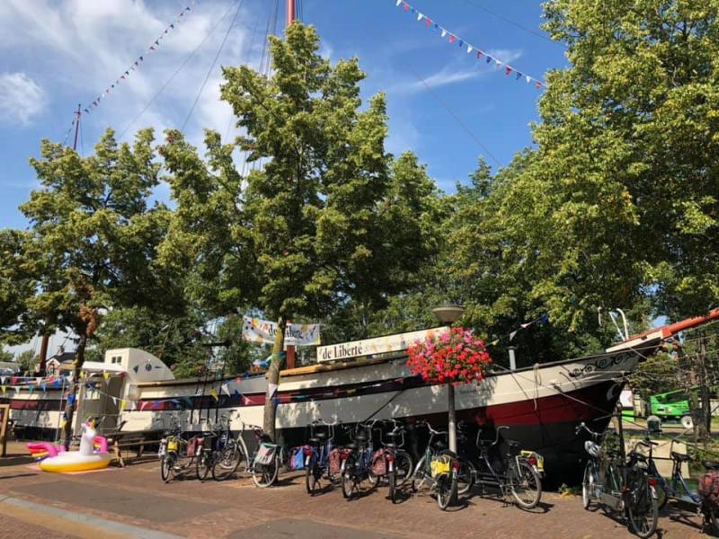 De pannenkoekenboot in Meppel met alle tandems ervoor geparkeerd.