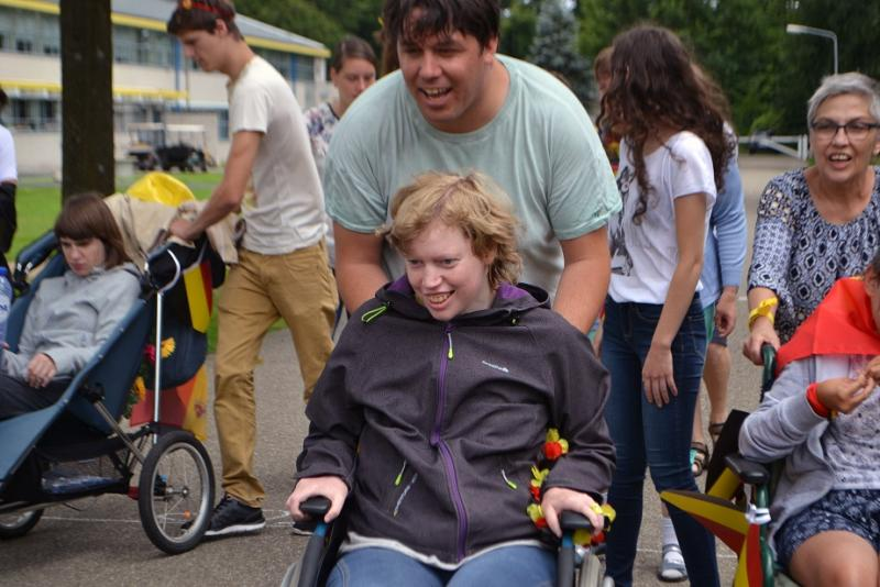 Wandeling met ouders en kinderen, sommigen in een rolstoel.