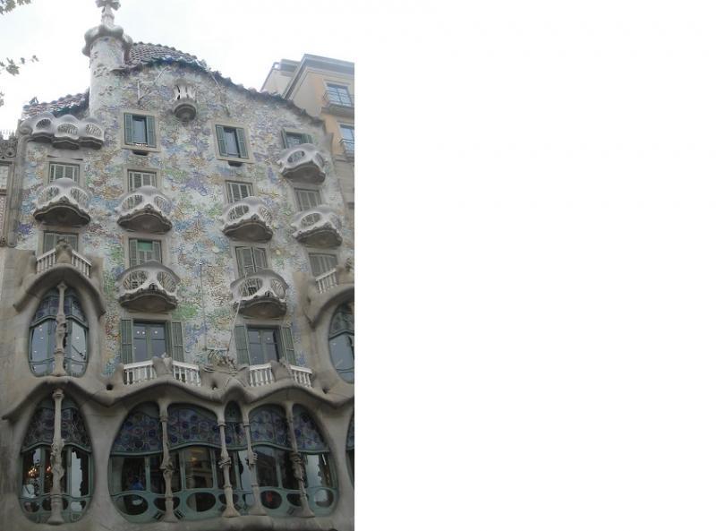 Grillige patronen op de muren, in balkons en ramen geven de voorgevel een sprookjesachtig uitzicht.