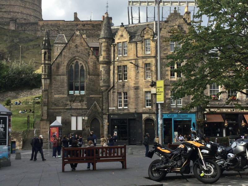 Het oude centrum van Edinburgh. De oude gebouwen zijn vooral pubs geworden.
