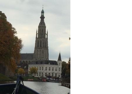 Breda gefotografeerd vanop het water, met midden op de foto de Grote Kerk.