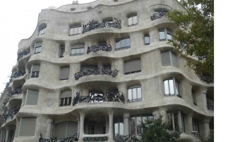 """Het bekendste """"huis"""" ontworpen door Gaudi golft zo sterk dat het uit water in plaats van steen gemaakt lijkt."""