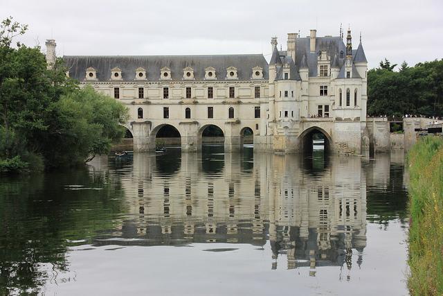 Het statige kasteel van Chenonceau wordt weerspiegeld in de kasteelvijver.