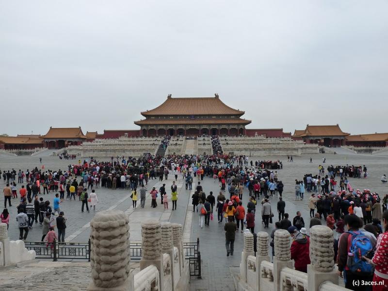 Een grote groep toeristen wandelt door de Verboden Stad.
