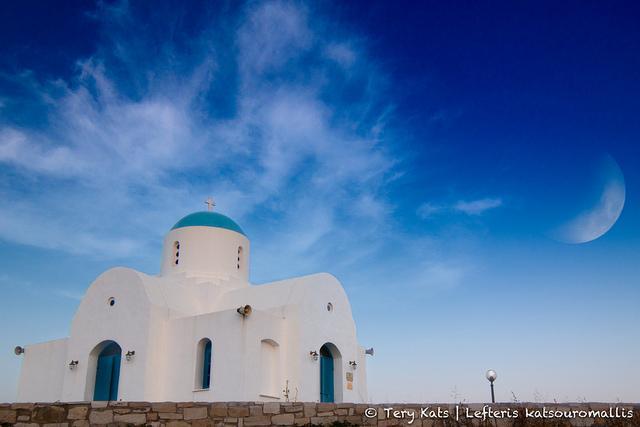 Cyprus: een Grieks-orthodoxe kerk en aan de hemel een halve maan.