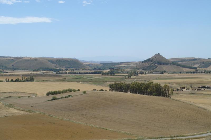 Sardisch landschap: weinig begroeide vlakten, met hier en daar een heuvel.
