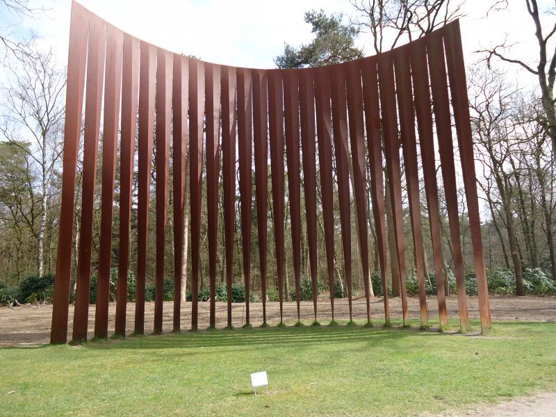 Een van de kunstwerken in het park achter het Kroeller Moeller museum