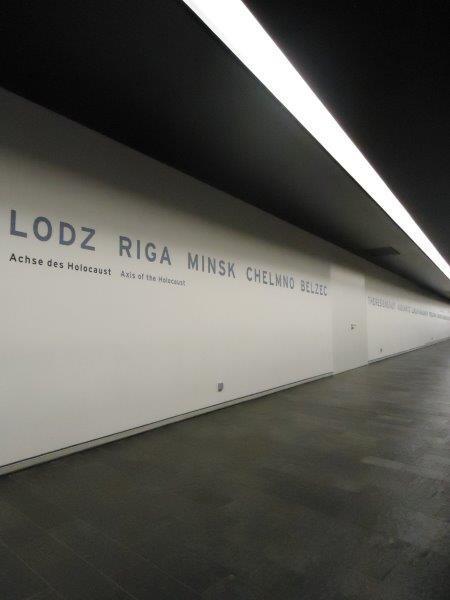 In het Joods museum Berlijn staan op een lange muur plaatsnamen als Lodz, Riga, Minsk,...