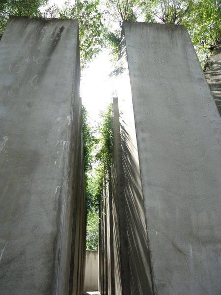 Het herdenkingsmonument van de holocaust bestaat uit balkvormige zuilen.