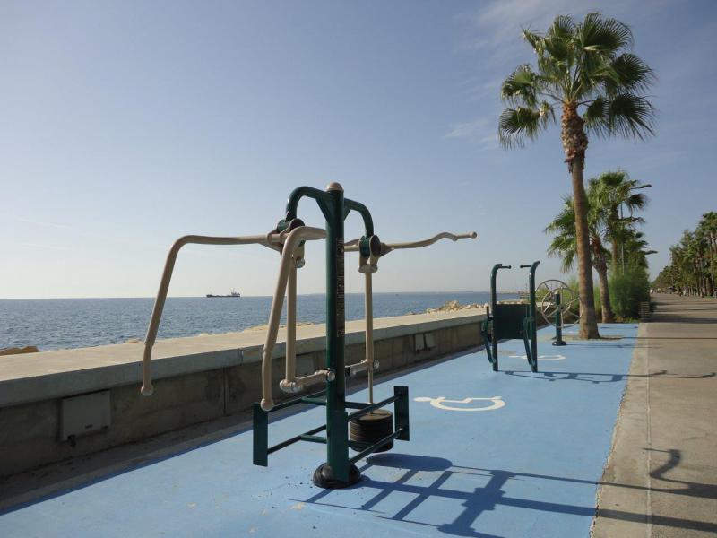 rolstoeltoegankelijke fitnesstoestellen aan de wandelpier langs de kust