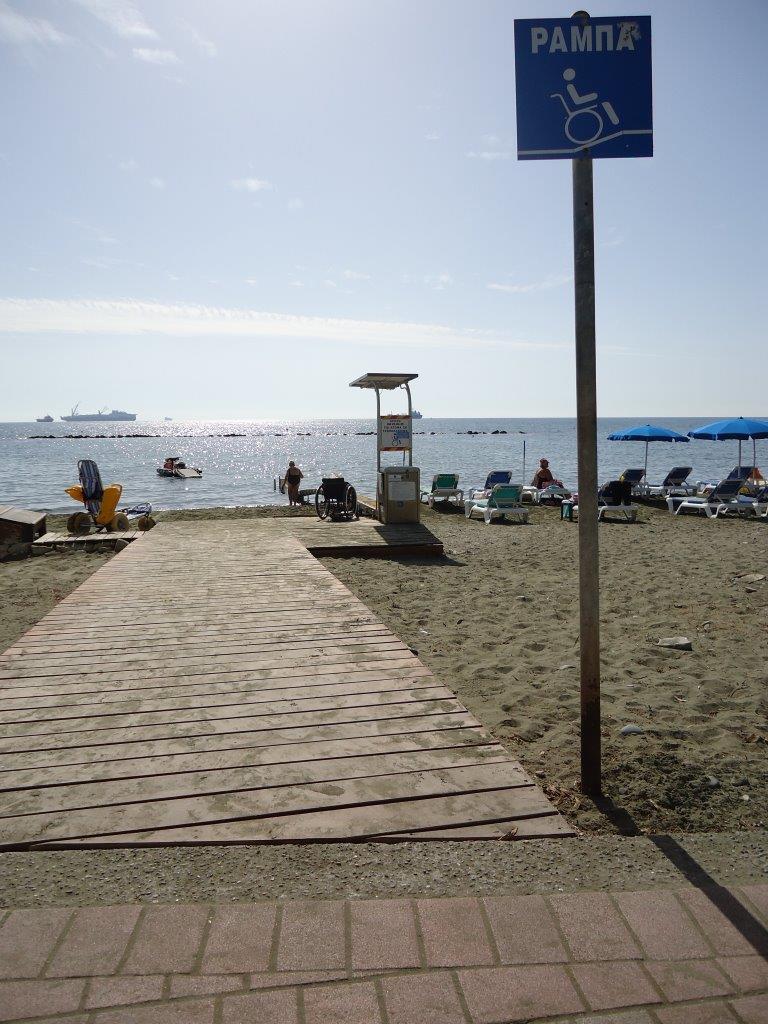 rolstoeltoegankelijk strand met schuifzitje tot in het water
