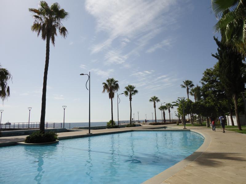 zicht op de wandelpromenade aan de zee in Limassol